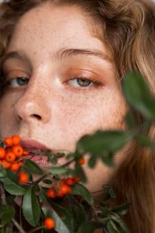 Portret van vrouw met boom en fruit