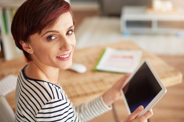 Portret van vrouw met digitale tablet