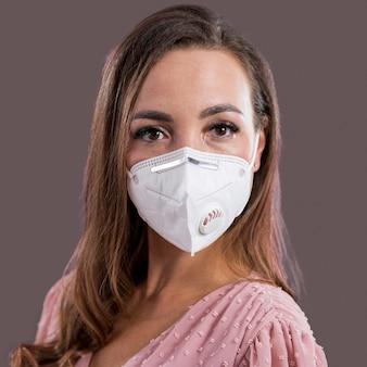 Portret van vrouw met gezichtsmasker concept