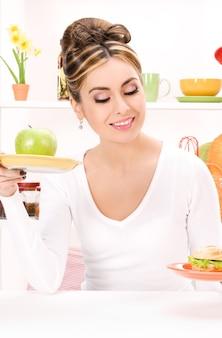 Portret van vrouw met groene appel en sandwich