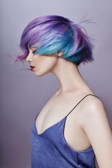 Portret van vrouw met helder gekleurd vliegend haar