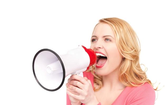 Portret van vrouw met megafoon over witte muur