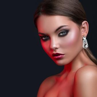 Portret van vrouw met mooie oorbellen