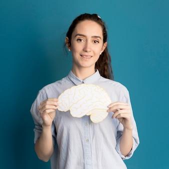 Portret van vrouw met papier hersenen