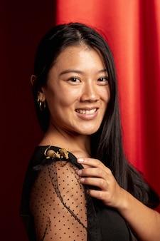 Portret van vrouw met rattenbeeldje voor chinees nieuw jaar