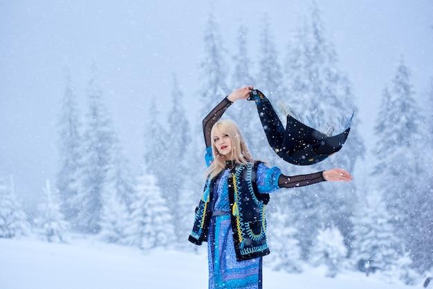 Portret van vrouw op winterdag op besneeuwde landschap-achtergrond