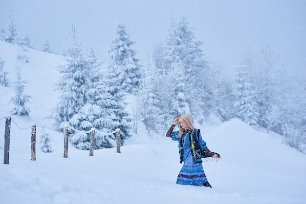 Portret van vrouw op winterdag op besneeuwde landschap
