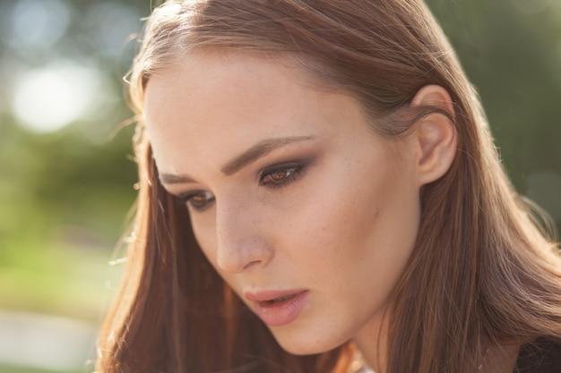 Portret van vrouw op zonnige dag buiten close-up