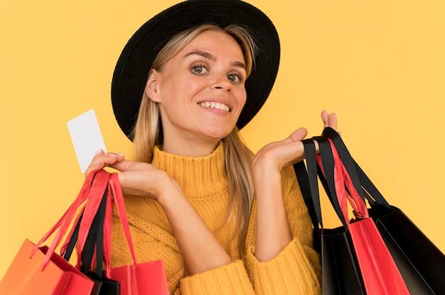 Portret van vrouw op zwarte vrijdagverkoop