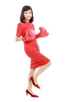 Portret van vrouw opgewonden met rode bokshandschoenen