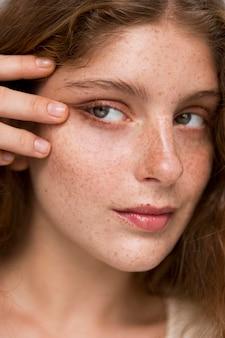 Portret van vrouw poseren op een artistieke manier met haar hand op haar gezicht