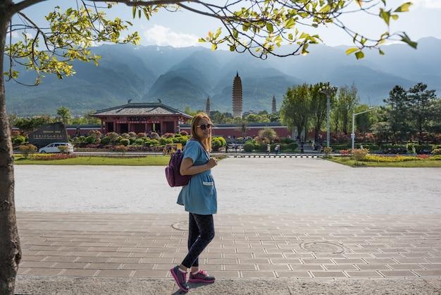 Portret van vrouw reizen alleen in china, reizen concept.