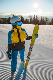 Portret van vrouw skiër op de heuvel winteractiviteiten