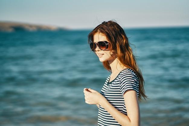 Portret van vrouw toerisme reizen zee bergen en glazen op het gezicht