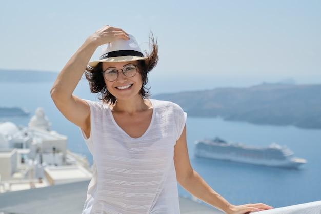 Portret van vrouw van middelbare leeftijd die op luxecruise in middellandse zee reist