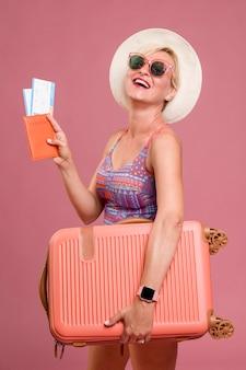 Portret van vrouw van middelbare leeftijd gaan op zomervakantie