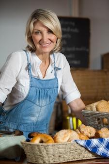 Portret van vrouwelijk personeel dat zich bij bakkerijsectie bevindt