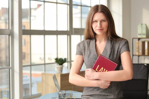 Portret van vrouwelijke advocaat in functie