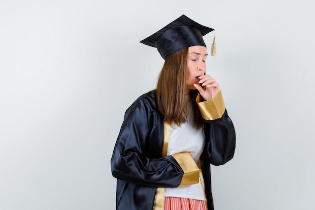 Portret van vrouwelijke afgestudeerde die lijdt aan hoest in uniforme, vrijetijdskleding en ziek vooraanzicht kijkt
