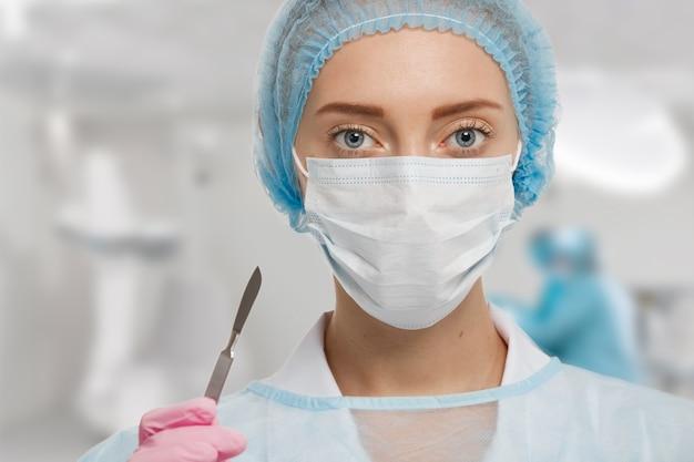 Portret van vrouwelijke arts die apparatuur draagt