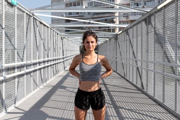 Portret van vrouwelijke atleet in sportkleding
