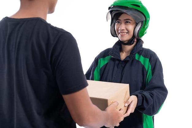 Portret van vrouwelijke aziatische online levering koerier pakket verzenden