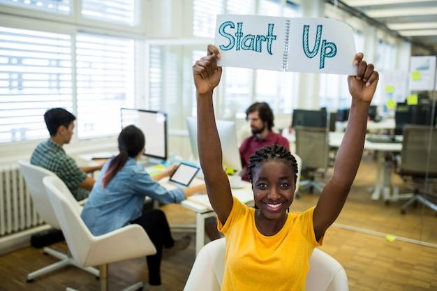 Portret van vrouwelijke business executive deelneming opstarten teken