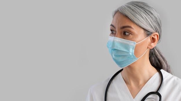 Portret van vrouwelijke gezondheidswerker met exemplaarruimte
