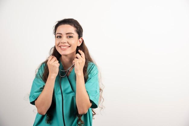 Portret van vrouwelijke gezondheidswerker poseren met een stethoscoop.