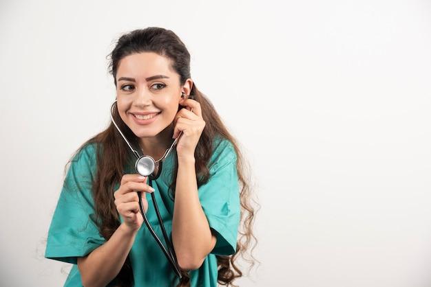 Portret van vrouwelijke gezondheidswerker poseren met een stethoscoop. Gratis Foto