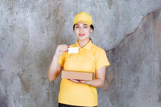 Portret van vrouwelijke koerierskaart met kartonnen doos
