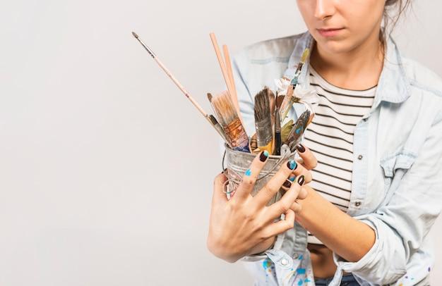 Portret van vrouwelijke kunstenaar met penselen