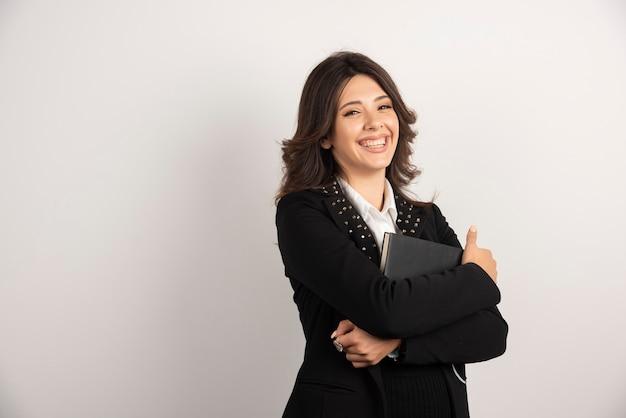 Portret van vrouwelijke leraar op wit.