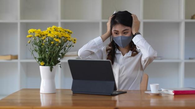 Portret van vrouwelijke student die masker draagt
