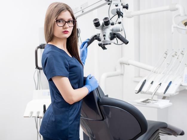 Portret van vrouwelijke tandarts bij tandartspraktijk