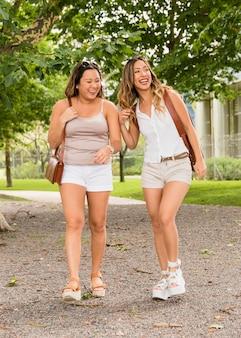 Portret van vrouwelijke toerist twee in korte broek genieten van de reis