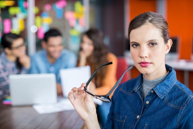 Portret van vrouwelijke uitvoerende status met bril