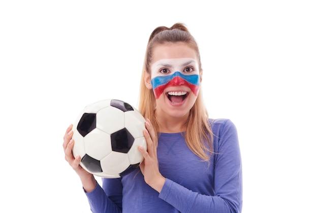 Portret van vrouwelijke voetbalfan met geschilderd gezicht