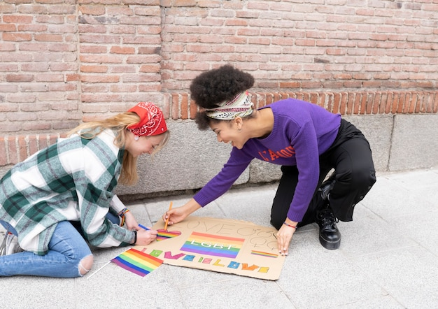 Portret van vrouwen die demonstreren voor de rechten van homotrots in de stad - aanhangers van de lgbt-gemeenschap