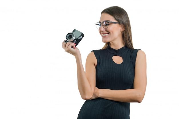 Portret van vrouwenfotograaf met retro fotocamera