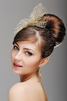 Portret van vrouwengezicht met styling kapsel
