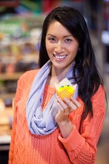 Portret van vrouwenholding cupcake