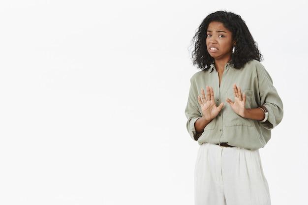 Portret van walging en ontevreden intense onhandige afro-amerikaanse stijlvolle vrouw die afwijzing geeft