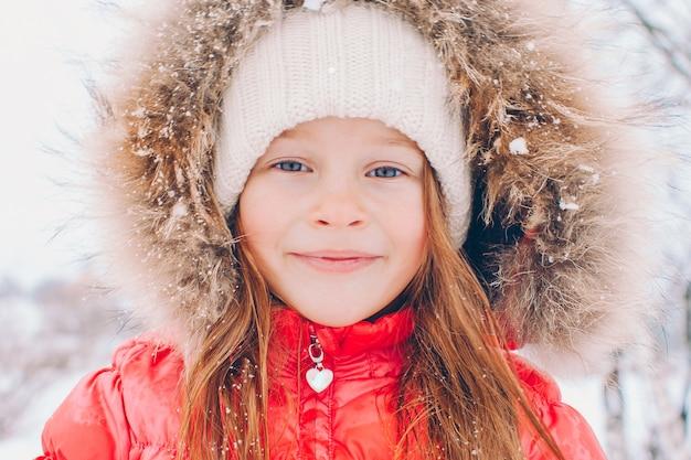 Portret van weinig aanbiddelijk meisje in dag van de sneeuw de zonnige winter