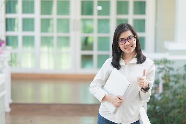 Portret van werkende vrouwen die laptop, bedrijfsconcept houden
