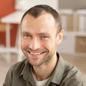 Portret van werknemer blij om weer aan het werk te zijn