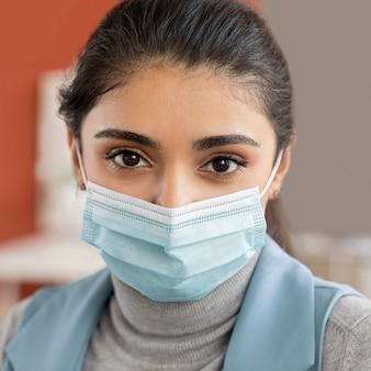 Portret van werknemer die gezichtsmasker draagt