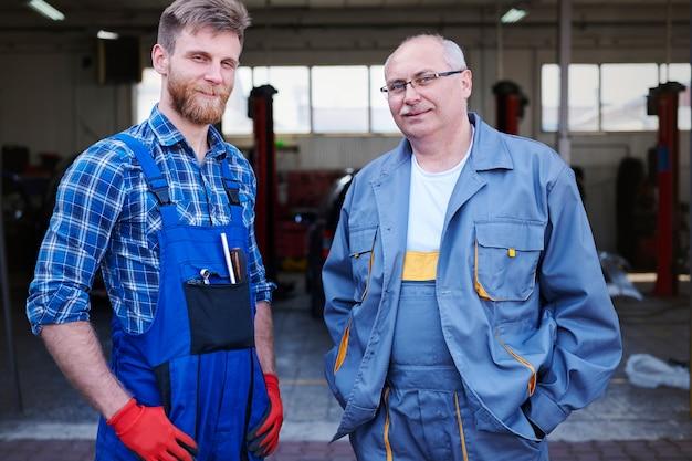 Portret van werktuigkundigen in een werkplaats