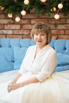 Portret van witte haired senior vrouw die lacht gelukkig kijken naar camera zitten in cafe