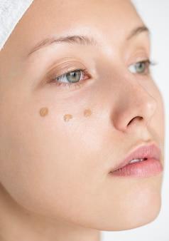 Portret van witte vrouw die haar dagelijkse make-uproutine doet